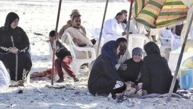 Photo of والدة شادي لليوم السادس على التوالي تفترش الرمال في انتظار جثمانه