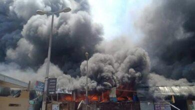 Photo of حريق هائل بـ سوق توشكى في حلوان والدفع بـ12 سيارة إطفاء