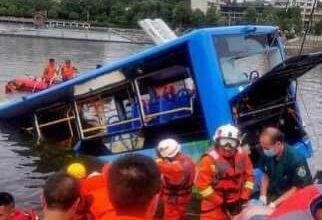 Photo of 21 شخصا يلقون مصرعهم أثر سقوط حافلة طلاب ببحيرة بالصين
