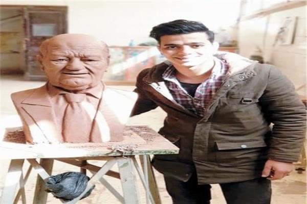 محمود فؤاد يكرم الراحل حسن حسني بـ طريقته الخاصة بتمثال من الطين