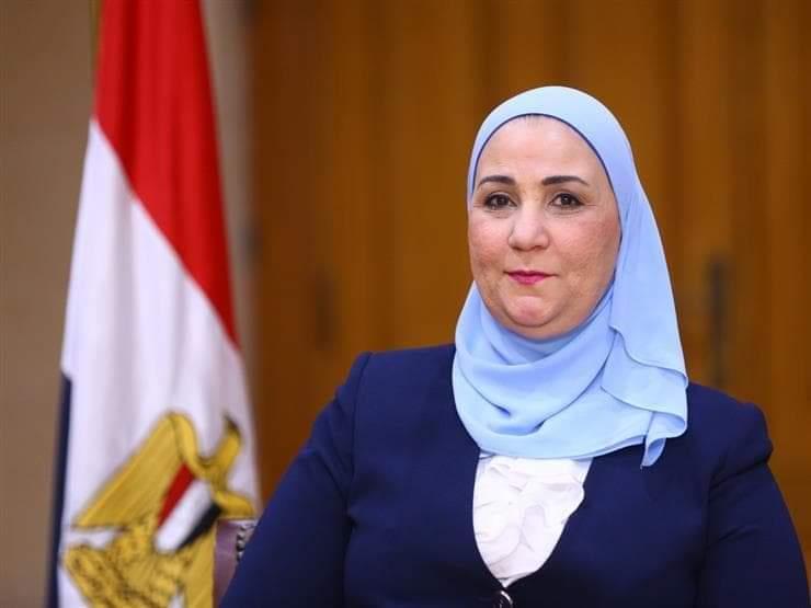 وزيرة التضامن : تبادر بإنقاذ سيدة مسنة تعيش في الشارع من 40 عاما
