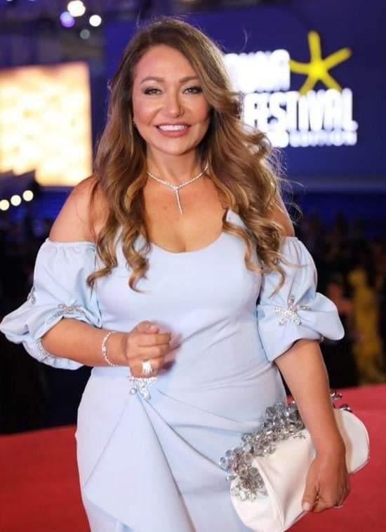 إطلالة الأبيض: ليلى علوي وجمالها على السجادة الحمراء في المهرجان