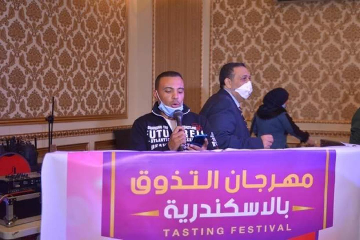 الشاعر الصاعد حمادة العسكري يلقي قصيدة بـ مهرجان التذوق بالإسكندرية