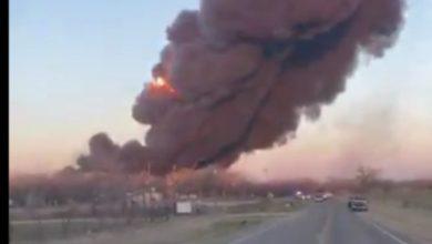 Photo of انفجار وحريق إثر حادث تصادم بين شاحنة وقطار بضائع بـ أمريكا