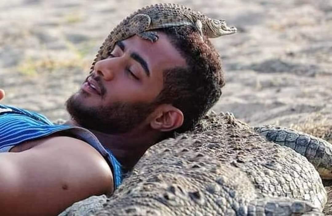 """محمد رمضان يشعل السوشيال ميديا """"نائم بين التماسيح"""""""