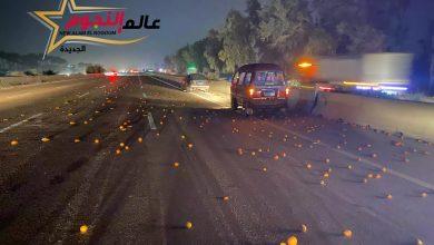 """Photo of إنقلاب سيارة نصف نقل محملة بالبرتقال بـ الطريق الصحراوي """" بـ الفيديو """""""