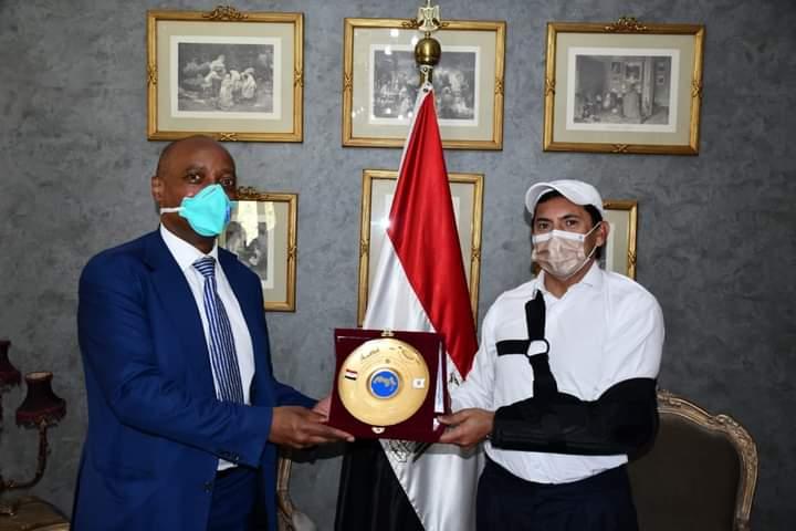 صبحي يستقبل رئيس الكاف عقب وصوله القاهرة