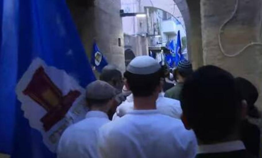مئات المصلين يطفون حول جبل الزيتون في القدس