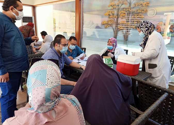 صحة الشرقية: تطعيم المستشارين والعاملين بنادي القضاة في الزقازيق بلقاح كورونا