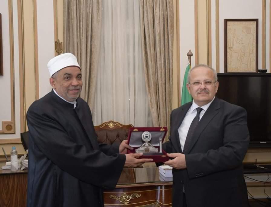 رئيس جامعة القاهرة يستقبل رئيس القطاع الديني بوزارة الأوقاف ويهديه درع الجامعة
