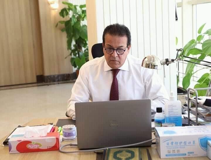 وزير التعليم العالي يستعرض تقريرًا حول أنشطة معهد بحوث البترول المصري