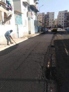 بدء أعمال الرصف ووضع الطبقة الأسفلتية الأولى بمنطقه فاطمة الزهراء بحي الضواحي بـ بورسعيد