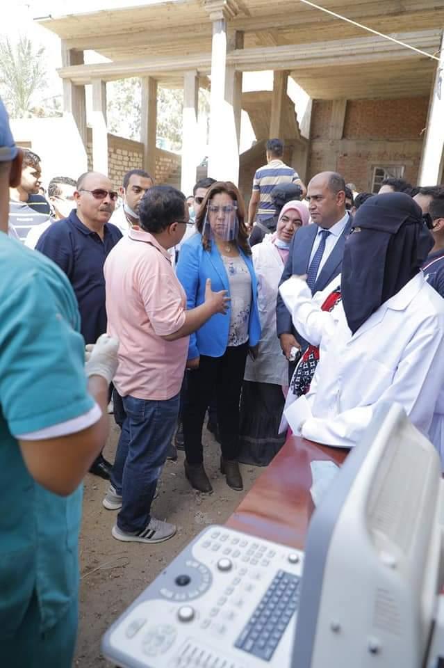 """عوض ووفد طلاب جامعة دمياط فى زيارة تفقدية لمشروعات """"حياة كريمة"""""""